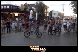 A turma das bikes também fez show de manobras na avenida