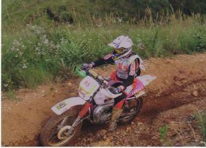 Uma das várias motos que Sabrina já pilotou, uma DT 200, com motor 2 tempos - Foto: Arquivo Pessoal