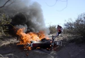A moto do português Paulo Gonçalves pegou fogo durante a 5ª etapa do Dakar 2014...