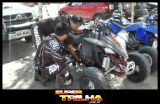 Douglas Takaki e Ennio conferem os equipamentos antes de enfrentar as trilhas