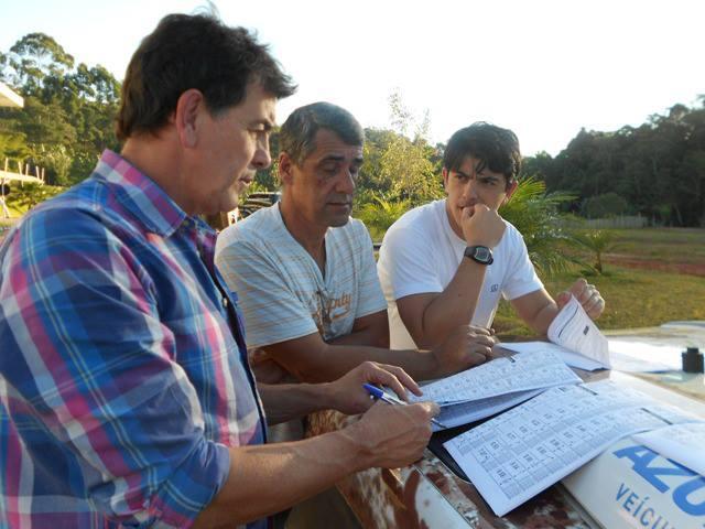 Manoel e Thiago Resende, com Anderson Boka ao centro: Definindo o percurso das categorias - Crédito: Divulgação