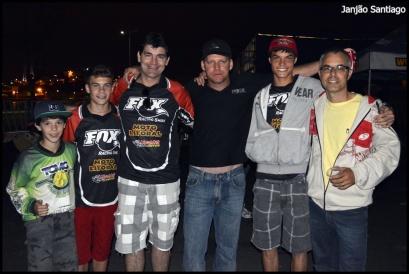A família estava presente prestigiando o piloto na chegada do Enduro - pai, irmãos e tios