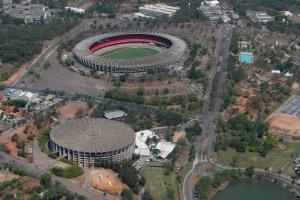 Mineirinho, local do Superenduro, tem capacidade para 17,8 mil pessoas. Mineirão (ao fundo, tem capacidade de cerca de 60 mil - Crédito: Divulgação/Minas Arena