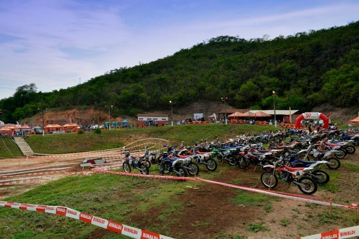 Um grande público passou pelo Clube do Cavalo para ver de perto os mais de 80 pilotos que participaram do 2° Desafio 3R Motos de Enduro - Crédito: Janjão Santiago
