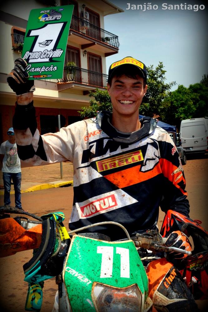 Melhor piloto brasileiro em 2015 se junta aos craques no Mundial de SuperEnduro. Campeão Brasileiro, objetivo é aprender entre as feras da categoria Júnior